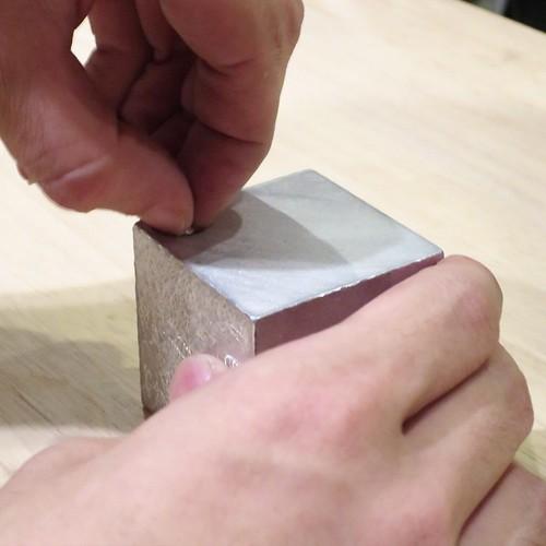 職人技が光るキューブ。意匠といい技術といい、しかも楊枝という適度な遊びも。良い作品。