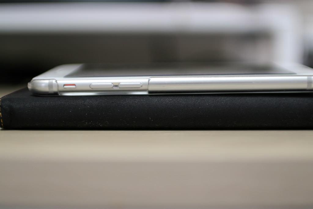 ケースを装着したXperia_Z_UltraとiPhone6のサイズ比較