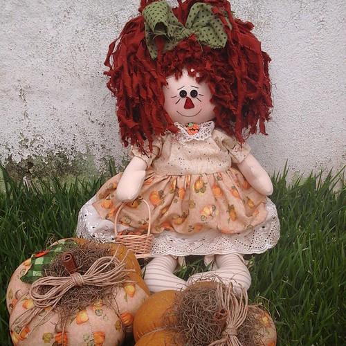 Annie e abóboras.. #bonecadepano #bonecacountry #amopatch #amomuitotudoisso #costurinhas #amocosturar #agulhaelinha #viciadaemtecidos #tecidos #cute #feitopormim