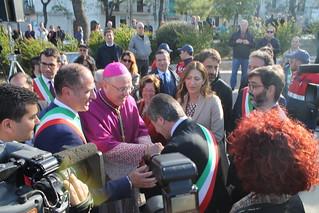 Il sindaco Romagno si inginocchia al nuovo vescovo
