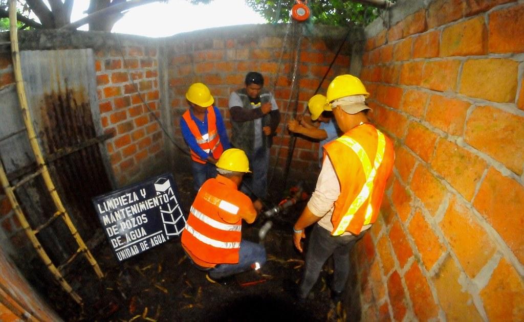 Con limpieza de pozos mejoramos la calidad del agua en for Limpieza de pozos de agua
