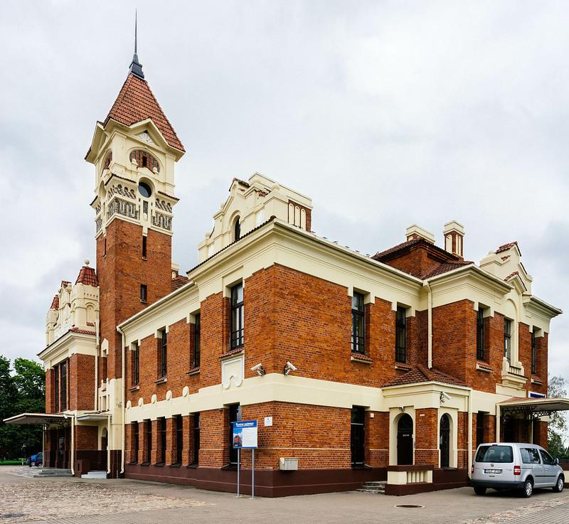 Railway station in provincial Eastern Europe / Bahnhof in Provinz Osteuropa