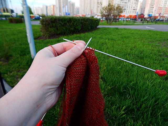 вяжу шарф в парке | horoshogromko.ru