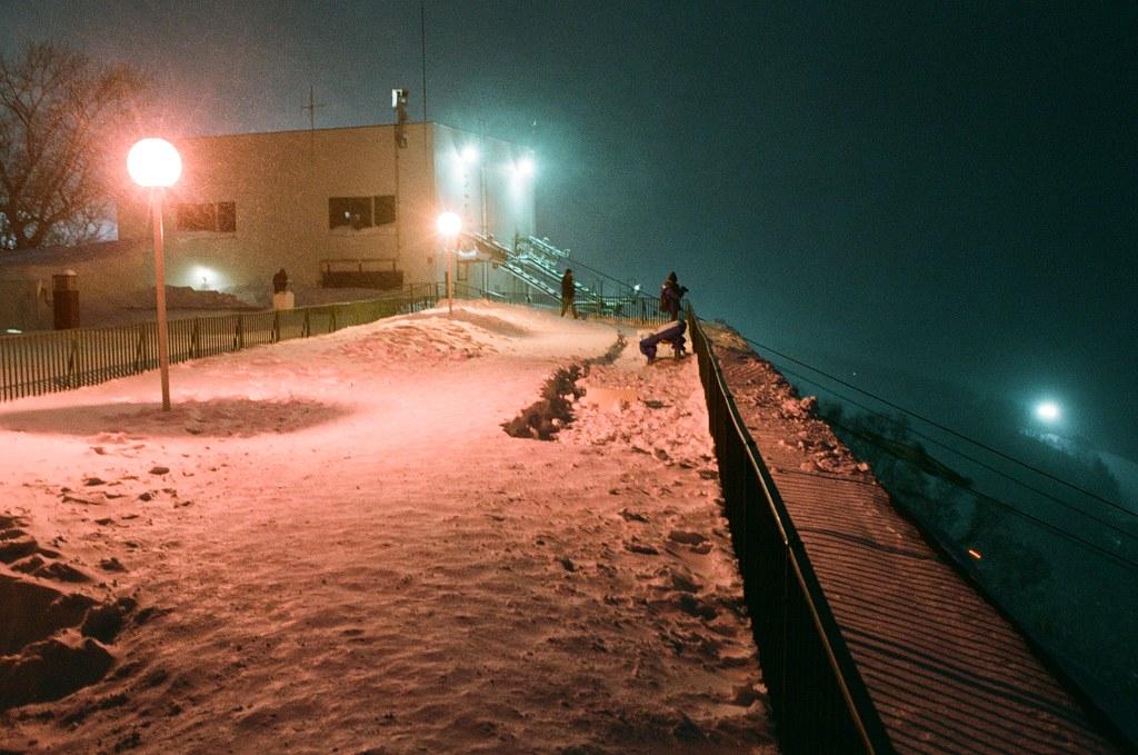 小樽 天狗山 Otaru Japan / FUJICOLOR PRO 400H / Nikon FM2 站在天狗山上的小屋屋頂,那時候等到晚上,但突然雪越下越大,我已經冷到快受不了了。  屋頂的欄桿很低,地板又滑滑的,雖然想說這樣一路滾下去好像也沒有什麼不好的。  Nikon FM2 Nikon AI AF Nikkor 35mm F/2D FUJICOLOR PRO 400H 8271-0018 2016-02-02 ~ 2016-02-03 Photo by Toomore