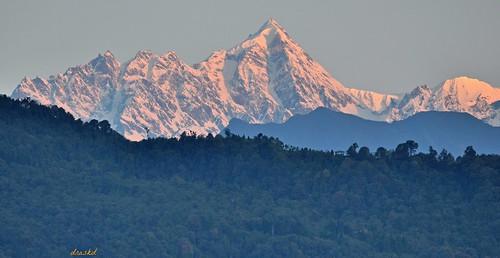 sunrise nikondigital himalayas sikkim gangtok kanchenjunga morningglow eastsikkim himalayanpeaks kanchenjungarange himalayanphotography sunriseonhimalayas jopunopeak