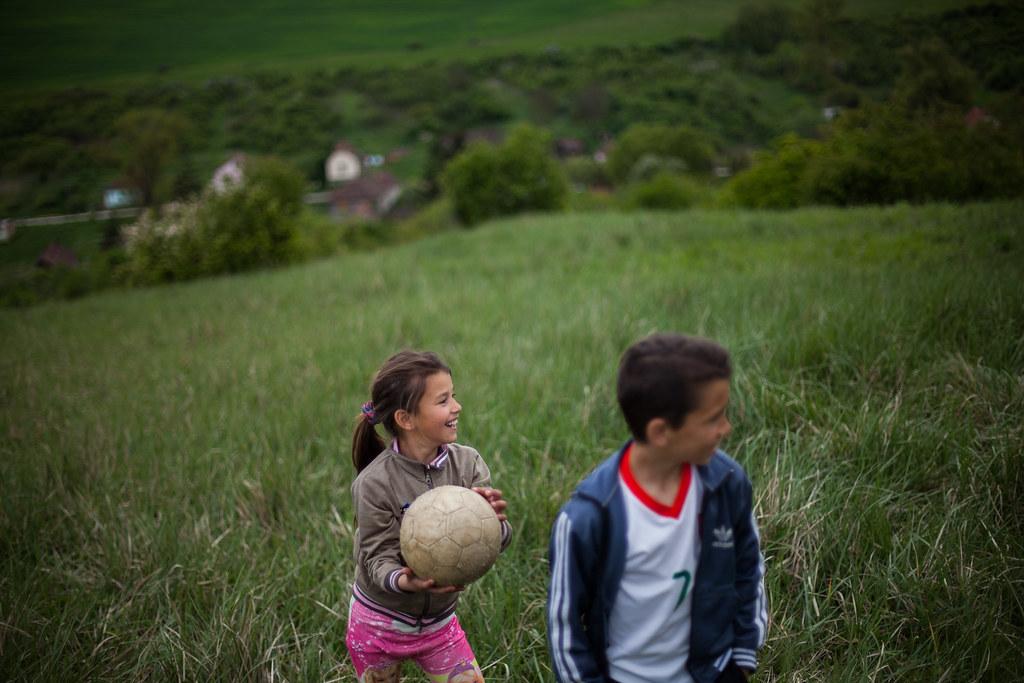 Szakácsira gyönyörű kilátás van a dombtetőről, miközben a gyerekek önfeledten játszanak | Fotó: Magócsi Márton