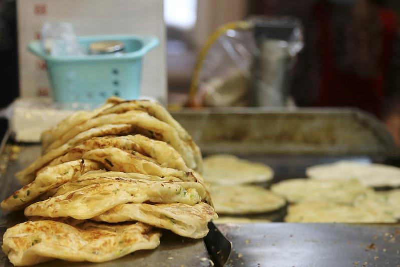 【台北捷運東門站小吃】超人氣美味小吃!永康街排隊美食,天津蔥抓餅。