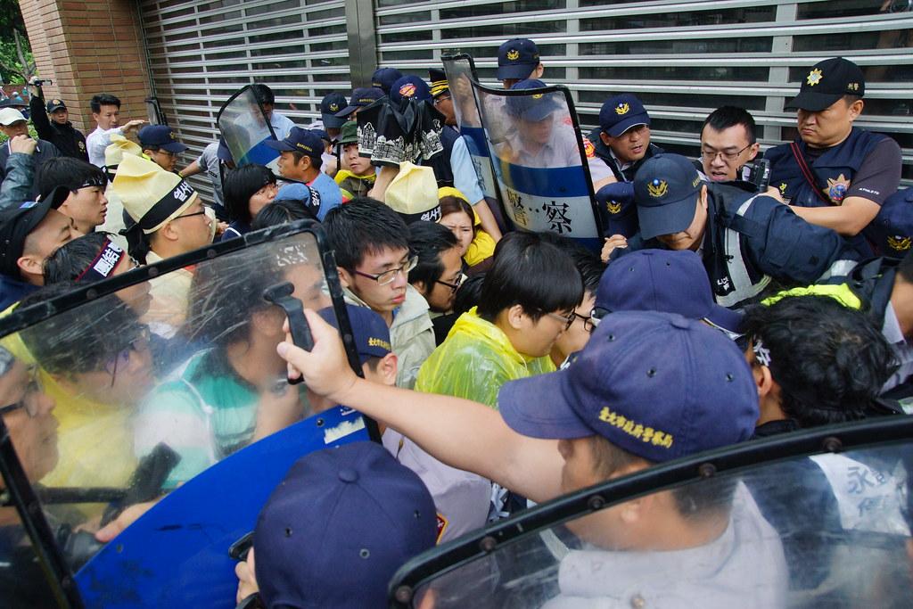 距離裴宰炯身故已經兩週,永豐餘高層仍未出面,抗議者一度欲衝進總部大樓遭警方攔阻。(攝影:王顥中)