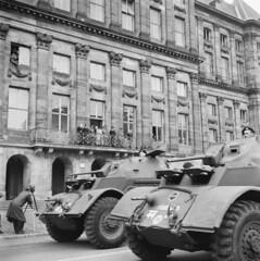 Defilé in Amsterdam met Canadese tanks, 28 juni 1945   Parade in Amsterdam with Canadian tanks, june 28th 1945   Parade à Amsterdam avec engins blindés canadiens, 28 juin 1945