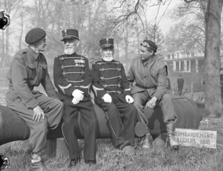 Canadian soldiers talking with retired Dutch colonial soldiers at the Bronbeek Institute... / Soldats canadiens conversant avec des retraités de l'armée coloniale hollandaise, Institut Bronbeek...