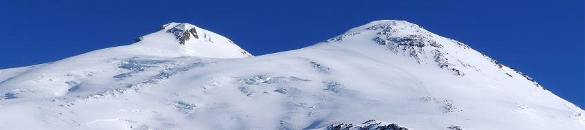 Kaukasus, Elbrus-Besteigung mit Ski. Links der Westgipfel (Hauptgipfel), 5642 m, rechts der Ostgipfel, 5621 m. Foto: Günther Härter.