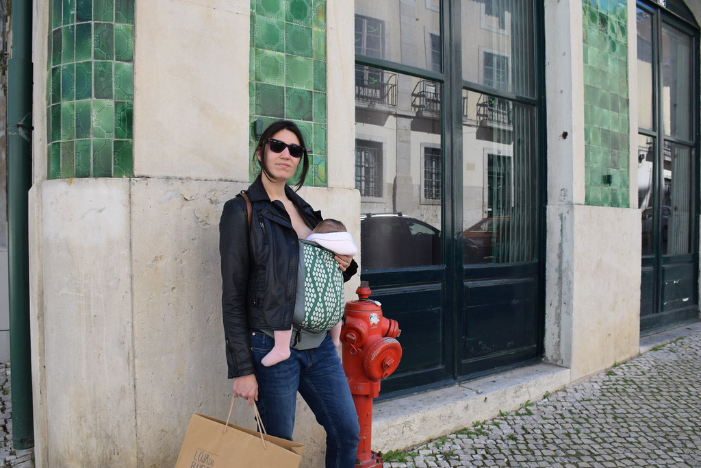Eva comiendo por el centro de Lisboa.