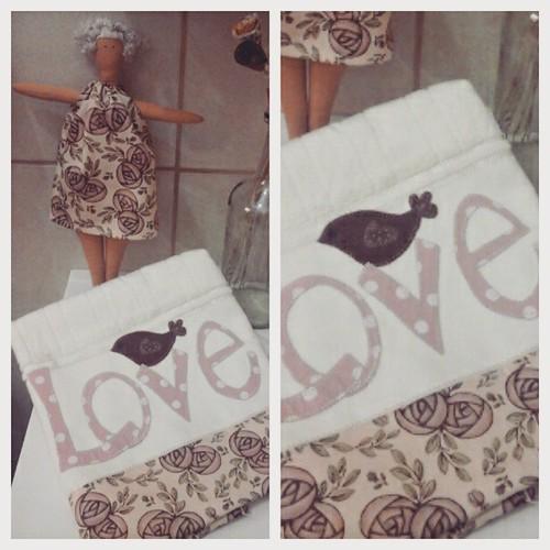 Tilda e toalha de lavabo #amopatch #amocosturar #tilda #tonefinnanger #tonefinnangerdesigns #shabbychic #linhaeagulha #viciadaemtecidos #life #love #lovefabric #bonecadepano #amomuitotudoisso #costurinhas #lavabo #decor