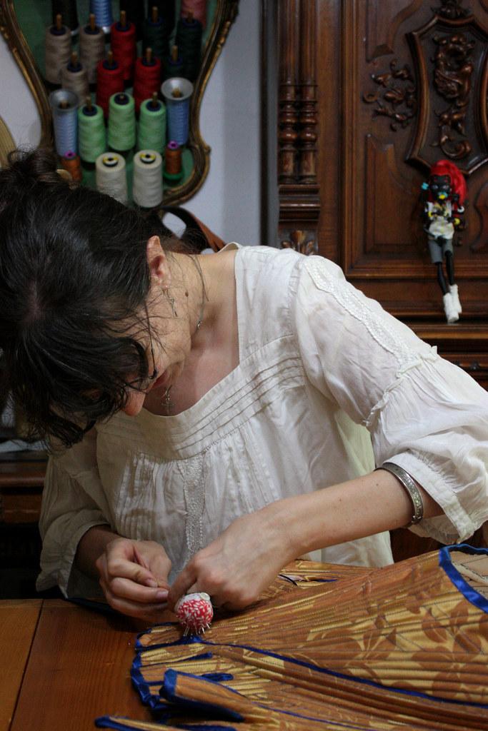 Couture à la main du biais sur le corset