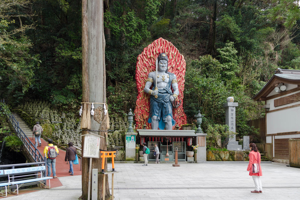大きな不動明王と観光客