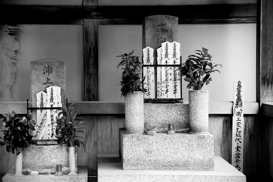 altar at Honno-ji temple