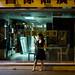 Jolie jeune femme passant un appel dans les rues de Hong Kong