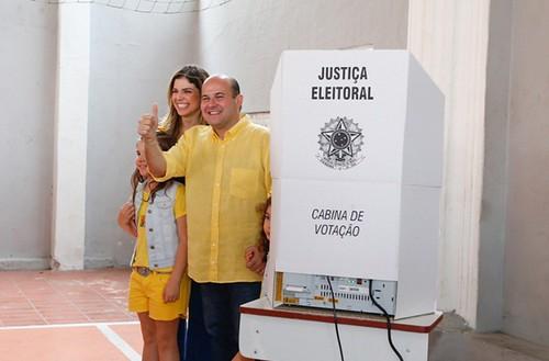 Candidatos a prefeito de Fortaleza e apoiadores votam neste domingo (8)