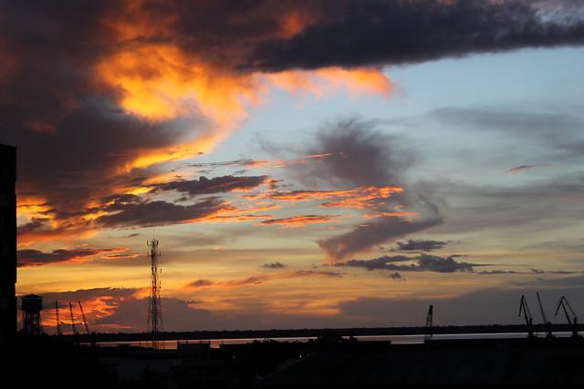 Amarelo contra as nuvens