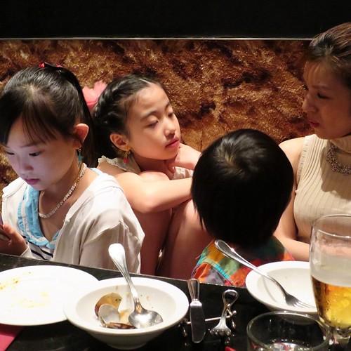 出てきた料理は、だいたい娘たちが美味しくいただきました。パパたちはひたすら呑み。