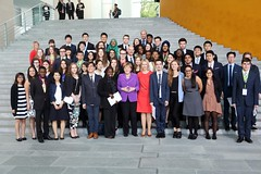 54 girls and boys aged 14 to 18 from the G7 states, some EU Member States and a number of developing countries met with Federal Chancellor Angela Merkel and Federal Youth Minister Manuela Schwesig.