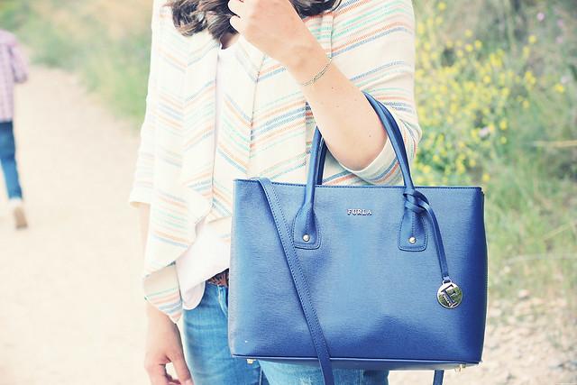 Look chaqueta etnica y bolso azul furla