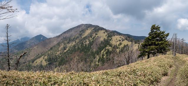 雁坂嶺と雁坂峠・・・水晶山め向かう途中に振り返る