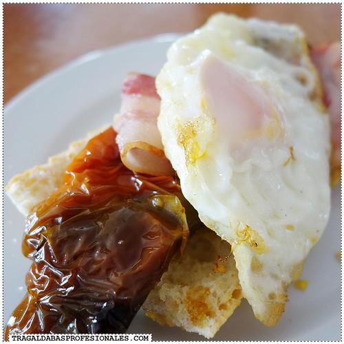 Bacon, roasted pepper and egg toast en Castillejo de Inista. La estrella.