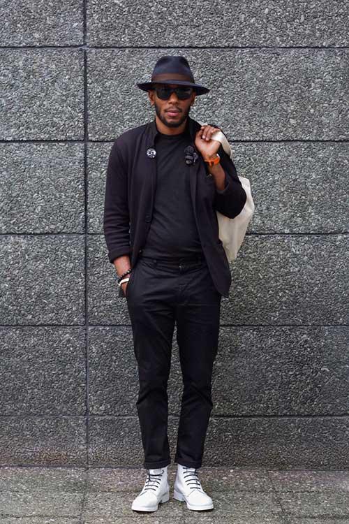 黒ジャケット×黒テーパードパンツ