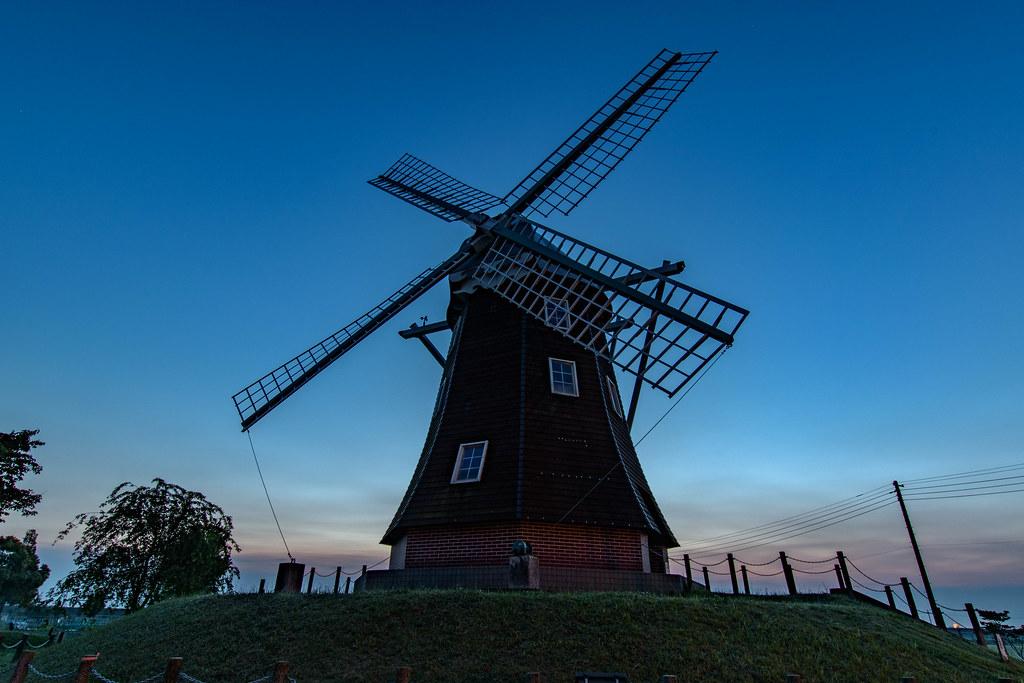 あけぼの山農業公園夜明け前の風車