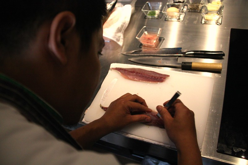 小黑師傅示範青花魚塔塔,正在去除魚刺。攝影:洪郁婷