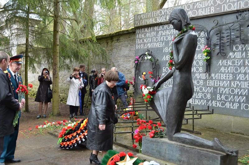 Возложение цветов узниками конц-лагерей