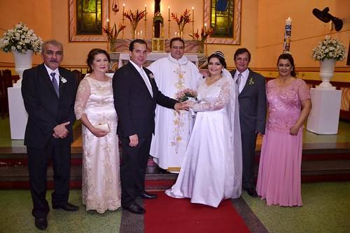 Jefferson e Guadalupe Miranda, os noivos Thiago e Yasmin, padre Auricélio Paulino, Luiz Leal e Vera Pereira