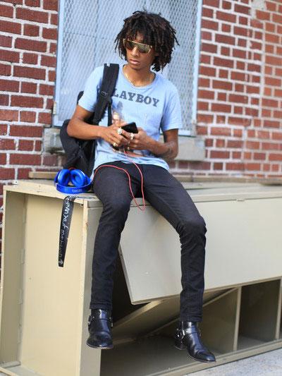 PLAYBOYグレイッシュブルーTシャツ×ブラックジーンズ×黒リングブーツ