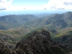 Depuis la plate-forme panoramique de Punta Buvona : la vallée du Cavu jusqu'à la mer et la crête de Pinetu Pianu