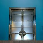 La porte double sur fond bleu/The double door on a blue background/La puerta doble sobre un fondo celeste/Den dubbeldörr på en blå bakgrund