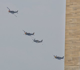 Kuva Washington Monument lähellä Washington, D.C.. washingtondc fighter ww2 mustang washingtonmonument warbird worldwar2 p51