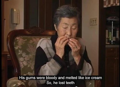 核電工媽媽嶋橋美智子,其子罹血癌死去且被認定職災,她在述說兒子病情時,做出相應的動作。