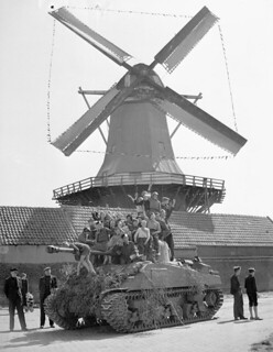 Dutch children riding on a Sherman tank of Lord Strathcona's Horse (Royal Canadians), Harderwijk, Netherlands... / Enfants hollandais sur un char d'assaut Sherman du régiment Lord Strathcona's Horse (Royal Canadians), Harderwijk, Pays-Bas...