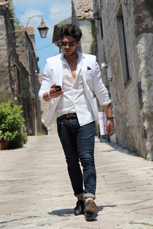 白ジャケット×白シャツにデニムパンツ