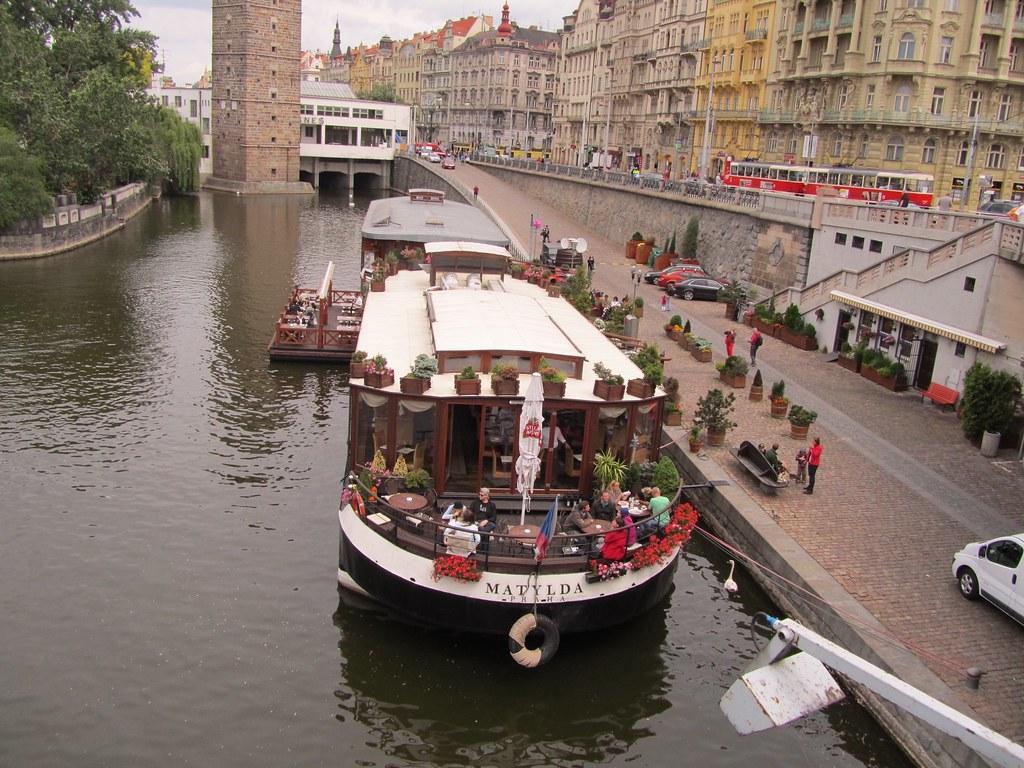 Restaurantes en barcos en el río