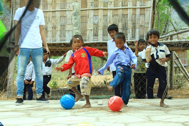 Bên cạnh các phần quà, trẻ em Raglay được tham gia các gian hàng trò chơi thú vị