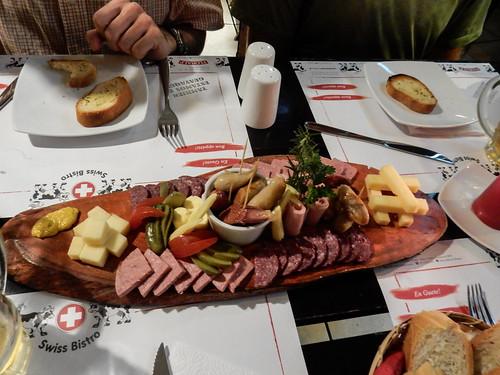 Baños: plateau de fromage et charcuterie en entrée dans un restaurant suisse