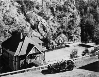 Swimming pool, Radium Hot Springs, Kootenay National Park, British Columbia / Piscine à Radium Hot Springs, au parc national Kootenay, en Colombie-Britannique
