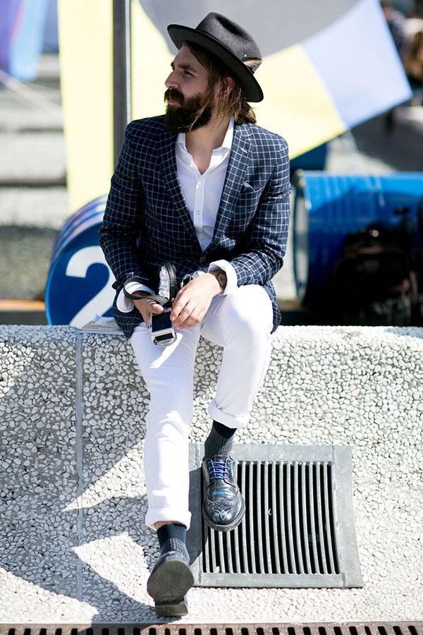 黒ハット×紺グラフチェックテーラードジャケット×白シャツ×白パンツ×黒ウイングチップ