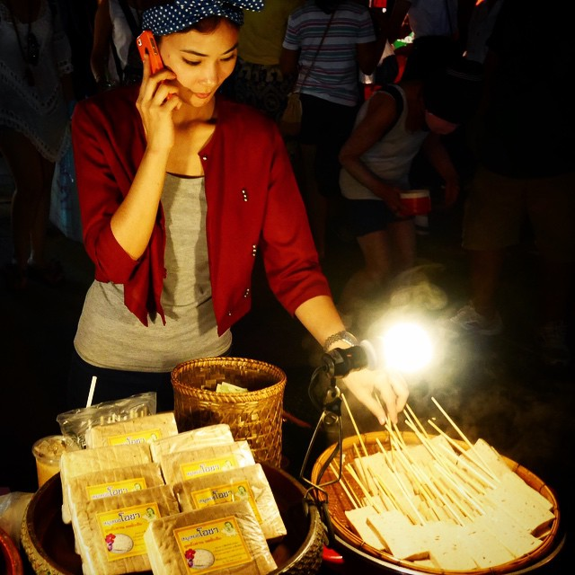 Only in Chiang Mai, you get a street hawker who looks and cooks like a supermodel effortlessly.