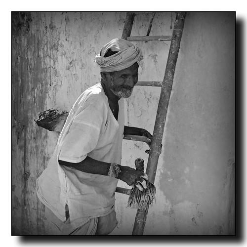 india man uomo scala pennello pittura anziano pittore imbianchino gadag lakkundi