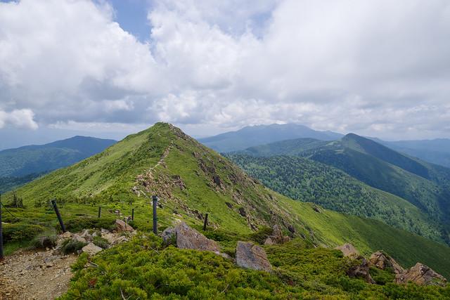 向かう小至仏山とその背後に笠ヶ岳・武尊山