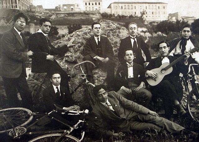 Grupo de amigos con bicicletas y guitarras junto a las ruinas del circo romano  en Toledo. Foto Rodríguez