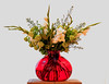 Fleurs dans un vase rouge